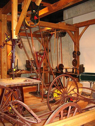 Belt_and_pulley_wood_shop